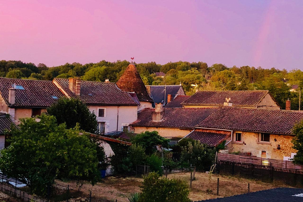 SAINT-PARDOUX-LA-RIVIÈRE AVEC UN CIEL ROSE